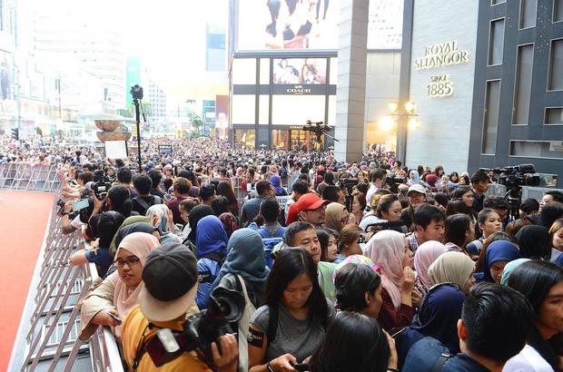 Đám đông 10.000 fan siêu khủng gây náo loạn khu thương mại lớn vì đón Song Joong Ki và 2 nghệ sĩ hạng A - Ảnh 6.