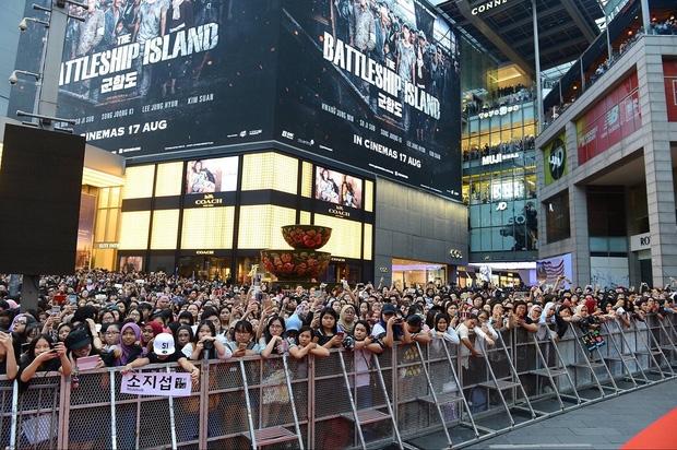 Đám đông 10.000 fan siêu khủng gây náo loạn khu thương mại lớn vì đón Song Joong Ki và 2 nghệ sĩ hạng A - Ảnh 7.