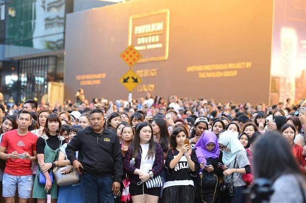 Đám đông 10.000 fan siêu khủng gây náo loạn khu thương mại lớn vì đón Song Joong Ki và 2 nghệ sĩ hạng A - Ảnh 8.