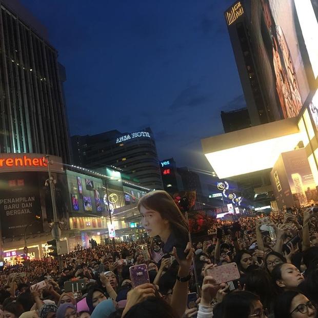 Đám đông 10.000 fan siêu khủng gây náo loạn khu thương mại lớn vì đón Song Joong Ki và 2 nghệ sĩ hạng A - Ảnh 9.