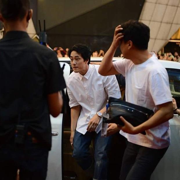 Đám đông 10.000 fan siêu khủng gây náo loạn khu thương mại lớn vì đón Song Joong Ki và 2 nghệ sĩ hạng A - Ảnh 10.