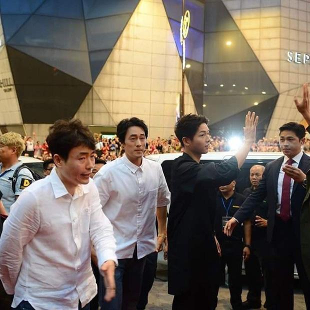 Đám đông 10.000 fan siêu khủng gây náo loạn khu thương mại lớn vì đón Song Joong Ki và 2 nghệ sĩ hạng A - Ảnh 11.
