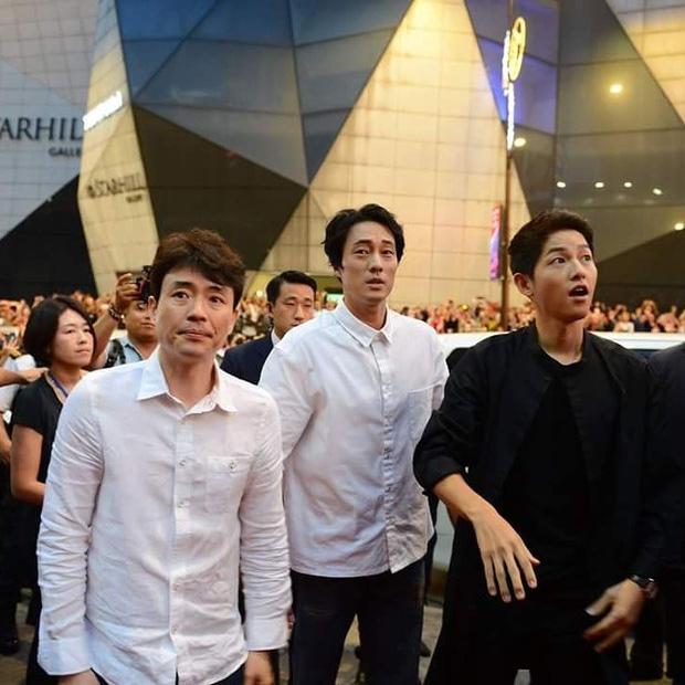 Đám đông 10.000 fan siêu khủng gây náo loạn khu thương mại lớn vì đón Song Joong Ki và 2 nghệ sĩ hạng A - Ảnh 12.