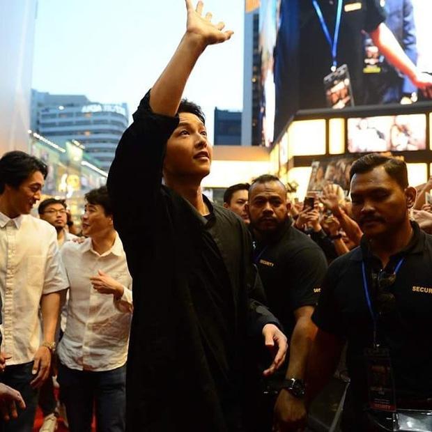 Đám đông 10.000 fan siêu khủng gây náo loạn khu thương mại lớn vì đón Song Joong Ki và 2 nghệ sĩ hạng A - Ảnh 13.