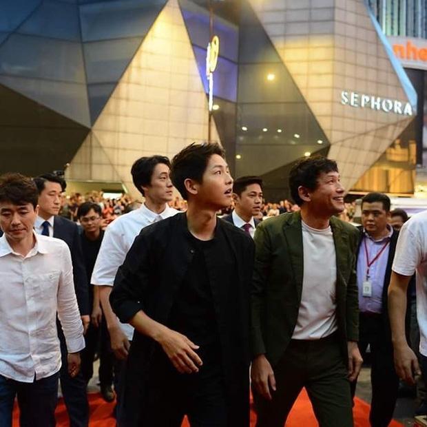 Đám đông 10.000 fan siêu khủng gây náo loạn khu thương mại lớn vì đón Song Joong Ki và 2 nghệ sĩ hạng A - Ảnh 14.