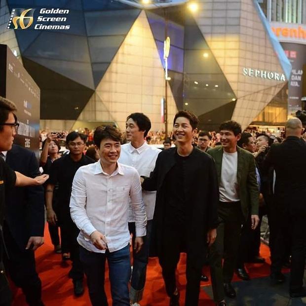 Đám đông 10.000 fan siêu khủng gây náo loạn khu thương mại lớn vì đón Song Joong Ki và 2 nghệ sĩ hạng A - Ảnh 15.