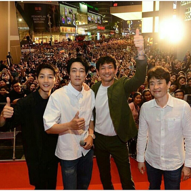 Đám đông 10.000 fan siêu khủng gây náo loạn khu thương mại lớn vì đón Song Joong Ki và 2 nghệ sĩ hạng A - Ảnh 17.