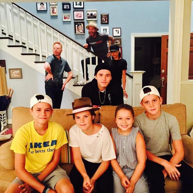 Harper Beckham khoe răng sún đáng yêu bên gia đình tại trường quay phim - Ảnh 1.