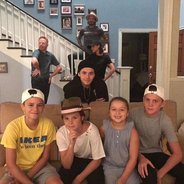 Harper Beckham khoe răng sún đáng yêu bên gia đình tại trường quay phim - Ảnh 2.