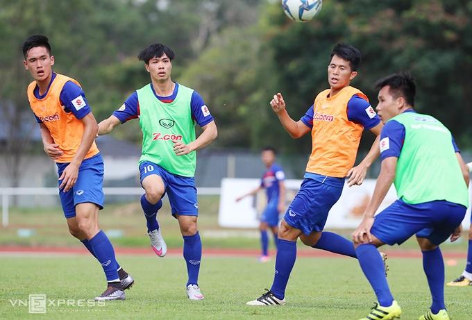 HLV Hữu Thắng vào sân tập cùng cầu thủ U22 Việt Nam