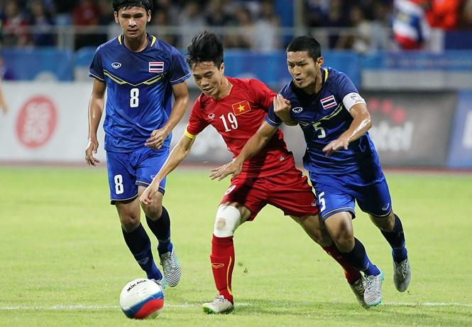 U.22 Việt Nam (áo đỏ) sẽ có màn chạm trán đương kim vô địch Thái Lan vào ngày 18.8 /// Độc Lập