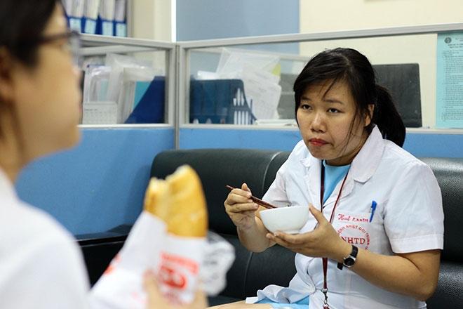 Nữ điều dưỡng mang thai sắp đẻ vẫn căng mình chống sốt xuất huyết - 5