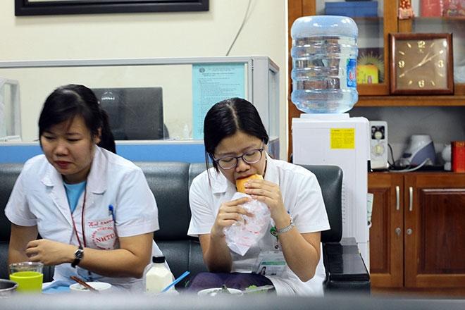 Nữ điều dưỡng mang thai sắp đẻ vẫn căng mình chống sốt xuất huyết - 6