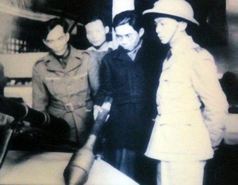 Vị tướng mang hơn 1 tấn tài liệu chế tạo vũ khí về Việt Nam - Ảnh 4.