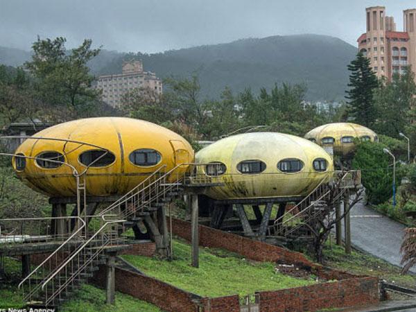 Khung cảnh hoang tàn đến lạnh người bên trong ngôi làng UFO ở Đài Loan