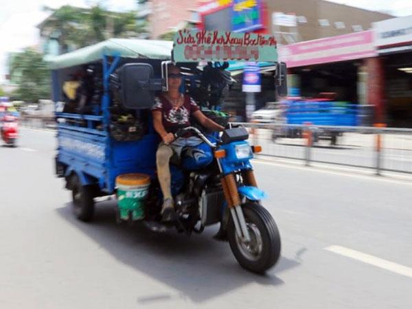 Người đàn ông chạy xe sửa ghế lưu động độc nhất ở Sài Gòn