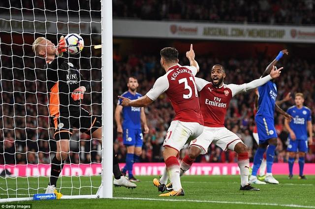 Các cầu thủ Arsenal ăn mừng sau khi Giroud đánh đầu đưa bóng vào lưới của Schmeichel ở phút 85