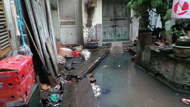 Hà Nội: Hàng chục hộ dân sống trong ổ muỗi sốt xuất huyết vì đường cống thoát nước chung bị bịt - Ảnh 5.