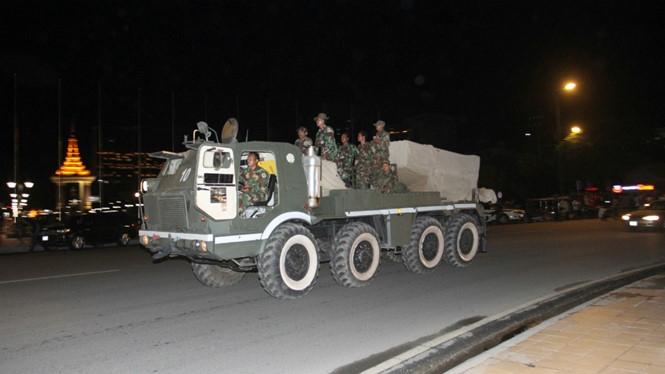 Lính Campuchia trên đường đến biên giới Lào tối 11.8 /// Reuters