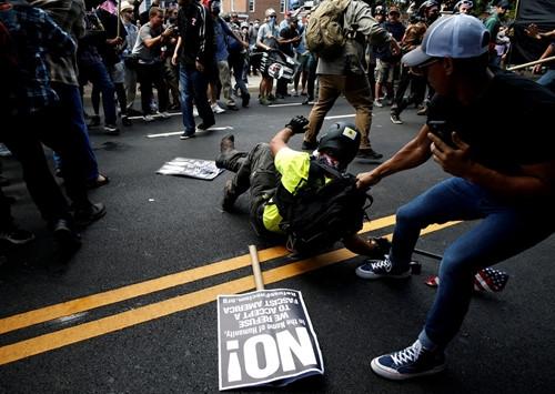 Bang Virginia tuyên bố tình trạng khẩn cấp sau bạo lực - ảnh 2