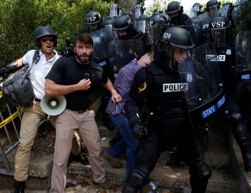 Bang Virginia tuyên bố tình trạng khẩn cấp sau bạo lực - ảnh 5