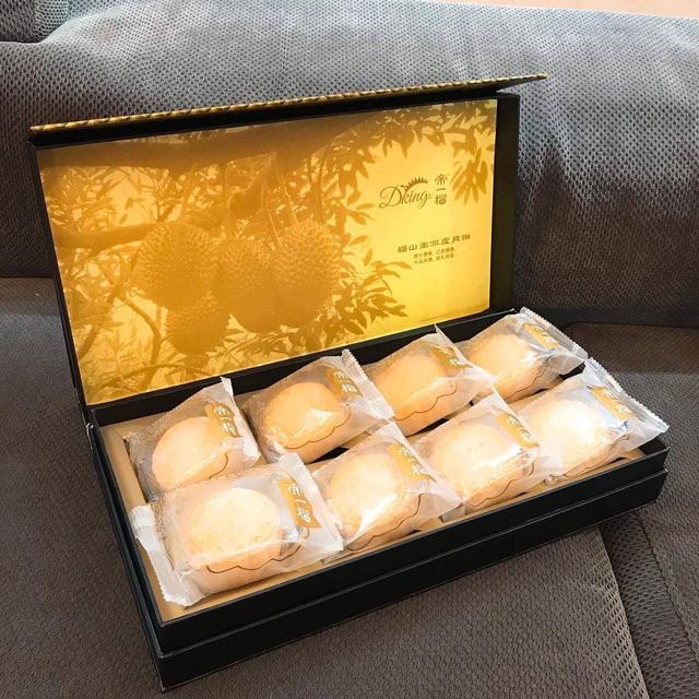 Một hộp bánh sầu riêng tươi cao cấp có giá 1,2 triệu đồng/hộp 8 chiếc.