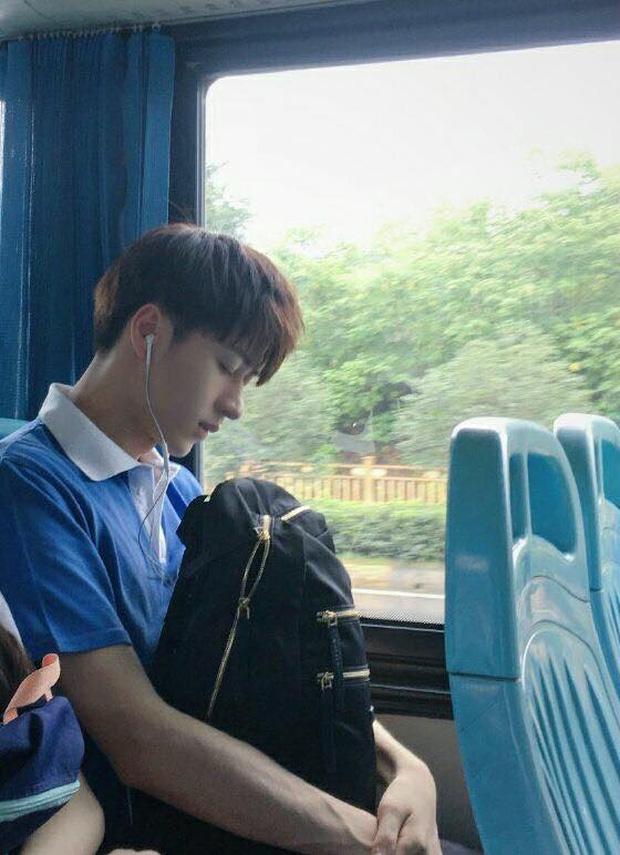 Đã đẹp trai thì ngủ quên trên xe bus như anh chàng này cũng thành cực phẩm! - Ảnh 1.
