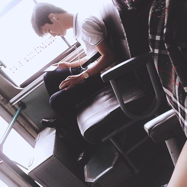 Đã đẹp trai thì ngủ quên trên xe bus như anh chàng này cũng thành cực phẩm! - Ảnh 2.