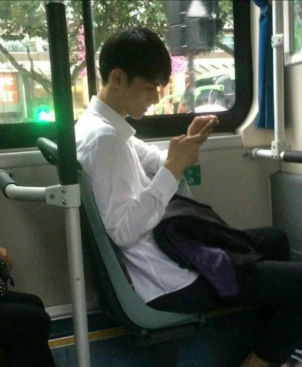 Đã đẹp trai thì ngủ quên trên xe bus như anh chàng này cũng thành cực phẩm! - Ảnh 3.