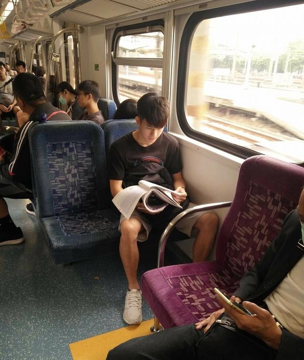 Đã đẹp trai thì ngủ quên trên xe bus như anh chàng này cũng thành cực phẩm! - Ảnh 7.