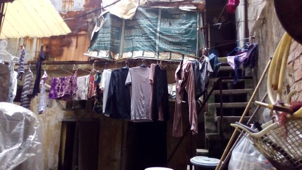 Hà Nội: 2 thế hệ cùng sinh sống trên nóc nhà vệ sinh công cộng ở phố Hàng Bạc - Ảnh 2.
