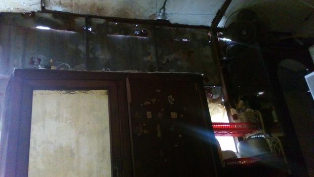 Hà Nội: 2 thế hệ cùng sinh sống trên nóc nhà vệ sinh công cộng ở phố Hàng Bạc - Ảnh 3.