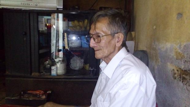 Hà Nội: 2 thế hệ cùng sinh sống trên nóc nhà vệ sinh công cộng ở phố Hàng Bạc - Ảnh 5.