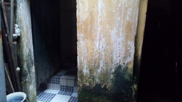 Hà Nội: 2 thế hệ cùng sinh sống trên nóc nhà vệ sinh công cộng ở phố Hàng Bạc - Ảnh 6.