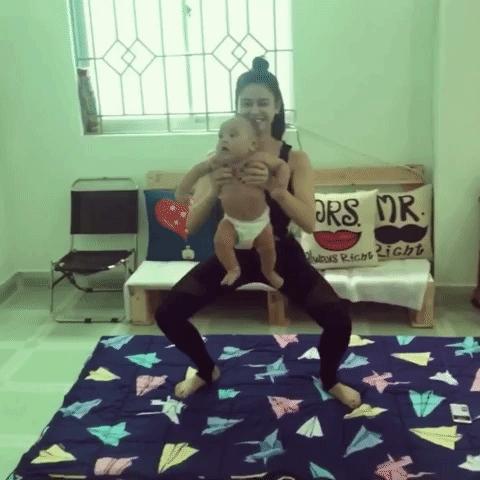 Trương Quỳnh Anh bị chỉ trích dữ dội vì vừa bế trẻ nhỏ vừa tập thể dục - Ảnh 2.