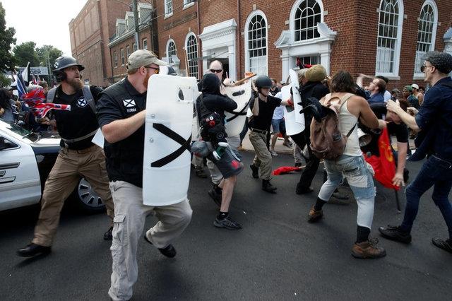 Nhưng xô xát đã xảy ra giữa những người da trắng dự kiến tham gia cuộc tuần hành và đám đông biểu tình, trong đó có nhiều người da màu, phản đối tuần hành tại thành phố Charlottesville, khiến ít nhất 15 người bị thương. (Ảnh: Reuters)