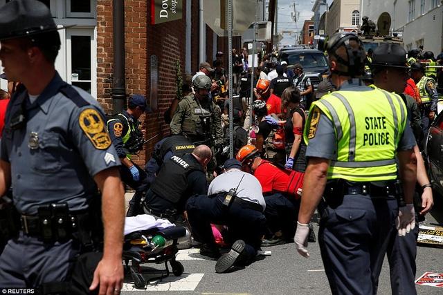Lực lượng cứu hộ trợ sơ cứu những người bị thương tại hiện trường. (Ảnh: Reuters)