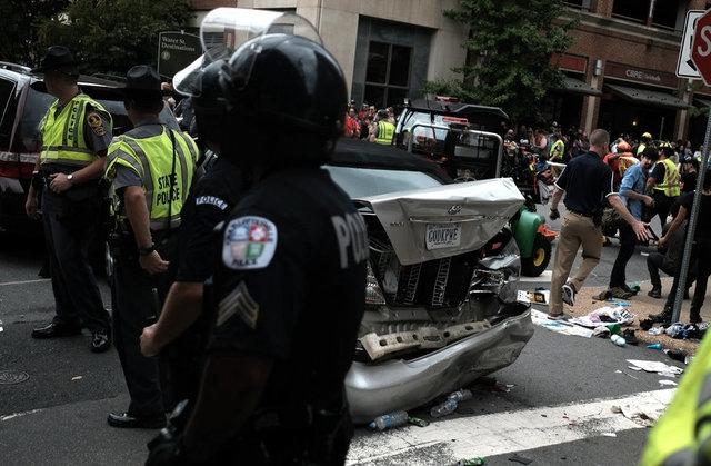 Các phương tiện bị biến dạng sau các vụ va chạm. (Ảnh: Reuters)