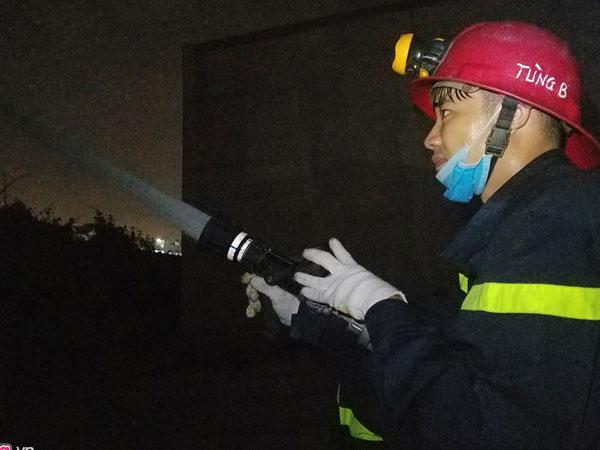 Hàng trăm cảnh sát dập đám cháy lớn tại xưởng may ở Sài Gòn