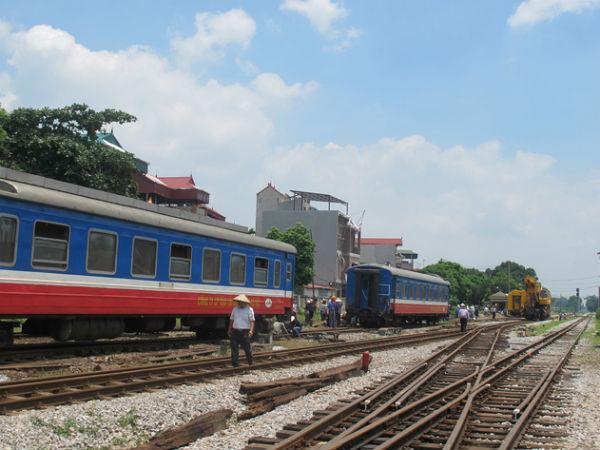 Tàu trật bánh liên tiếp ở Hà Nội: Sửa chữa ẩu, tàu quá tốc độ!