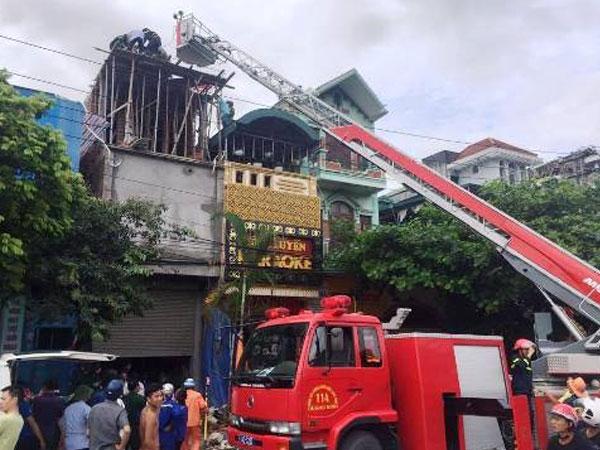 Xe thang giải cứu người đàn ông bị điện giật trên nhà cao tầng