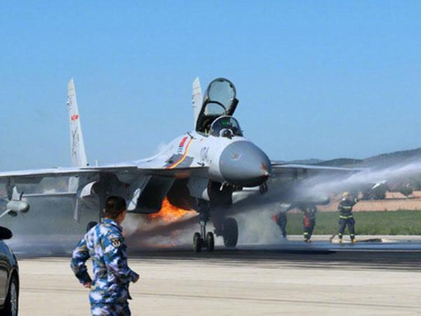 Tiêm kích Trung Quốc đâm phải chim, bốc cháy trên đường băng