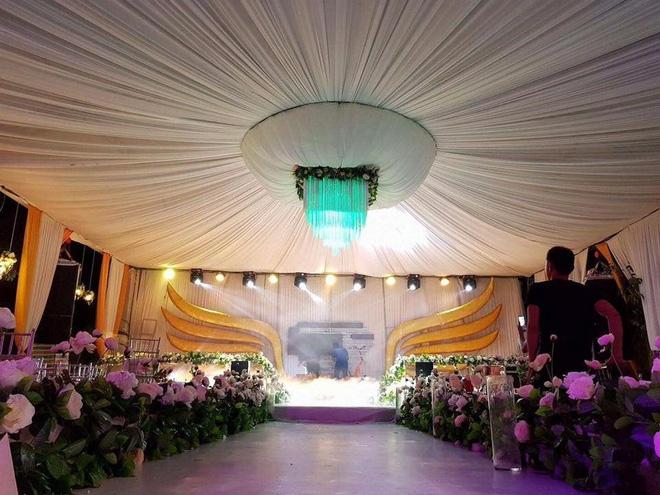 Đám cưới siêu khủng ở Nghệ An: Cô dâu chú rể kiềng vàng đeo đầy cổ, được tặng cả biệt thự, ô tô - Ảnh 2.