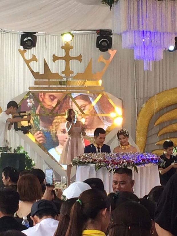 Đám cưới siêu khủng ở Nghệ An: Cô dâu chú rể kiềng vàng đeo đầy cổ, được tặng cả biệt thự, ô tô - Ảnh 3.