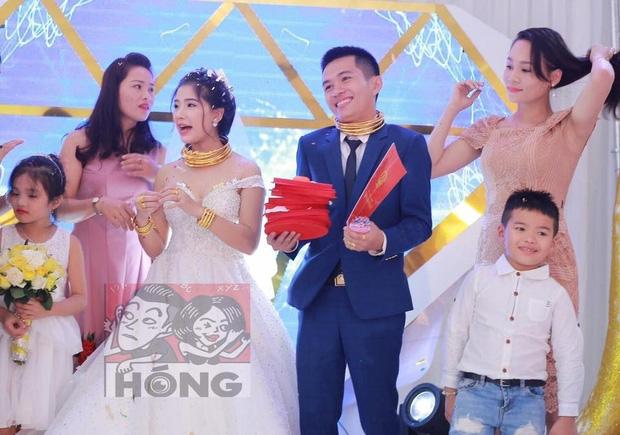 Đám cưới siêu khủng ở Nghệ An: Cô dâu chú rể kiềng vàng đeo đầy cổ, được tặng cả biệt thự, ô tô - Ảnh 4.