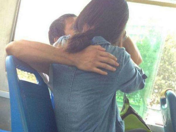 Cắn chảy máu môi bạn gái khi đang mải hôn nhau trên xe buýt, cặp sinh viên ăn vạ tài xế vì lái ẩu