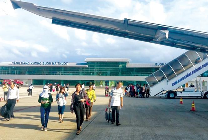 Hành khách đi máy bay cần cẩn trọng đối với các chiêu thổi giá của các đại lý nhân đợt tăng giá dịch vụ hàng không. Ảnh: Bảo An.