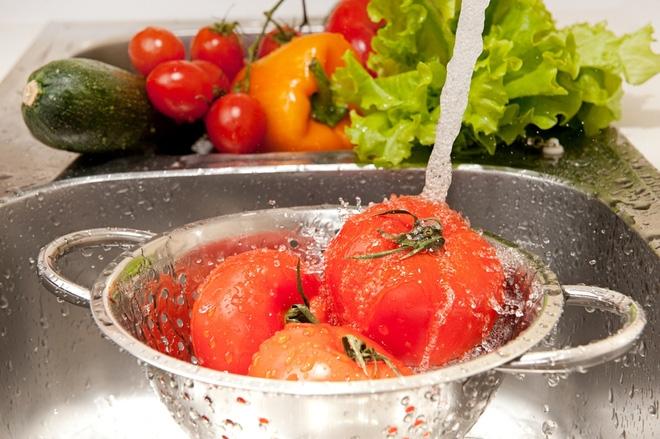 Rửa rau quả sai cách sẽ khiến bạn ăn thêm nhiều thuốc trừ sâu, đây là 6 hướng dẫn đúng - Ảnh 1.