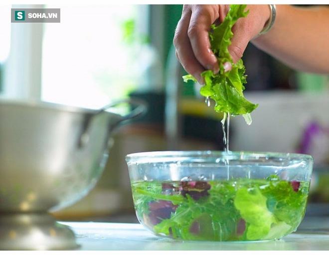 Rửa rau quả sai cách sẽ khiến bạn ăn thêm nhiều thuốc trừ sâu, đây là 6 hướng dẫn đúng - Ảnh 2.