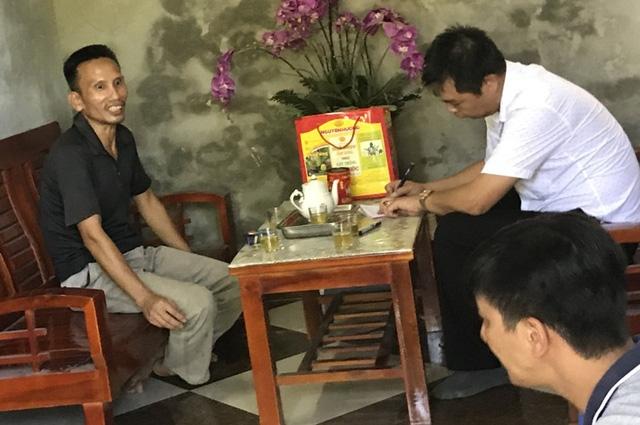 Đại diện Trạm CSGT Hải Dương đến làm tài xế Quảng làm việc. Ảnh: Đ.Trọng